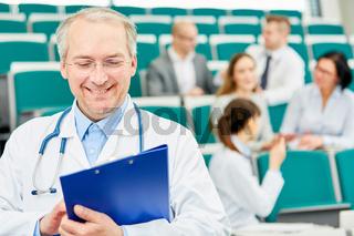 Senior als erfolgreicher Medizin Dozent