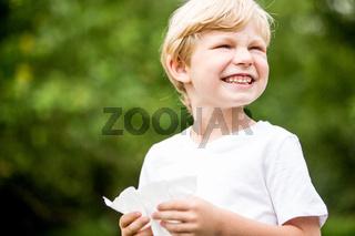 Allergischer Junge in der Natur