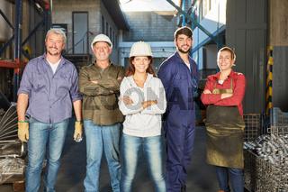 Erfolgreiches Team in einer Metallfabrik