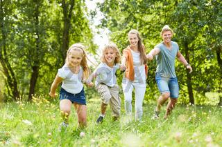 Glückliche Familie im Garten im Sommer