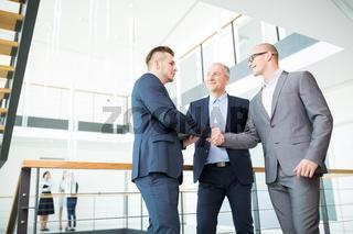 Geschäftpartner schließen per Handschlag einen Vertrag