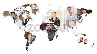 Viele lächelnde Service Leute auf Weltkarte