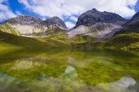 Rappensee, dahinter Linkerskopf, 2459m, Rotgundspitze, 2485m, und Hochgundspitze, 2459m, Allgäuer Alpen, Allgäu, Bayern, Deutschland, Europa