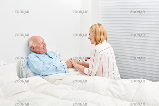 Junge Frau macht einen Krankenbesuch