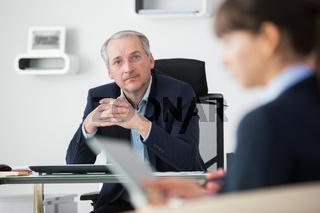 Chef oder Geschäftsführer in einer Besprechung