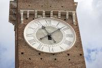Turmuhr am Torre dei Lamberti in Verona, Italien