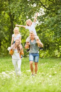 Eltern machen einen Ausflug in die Natur