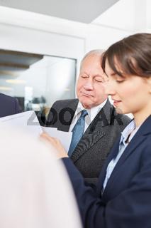 Älterer Geschäftsmann und Kollegin im Meeting