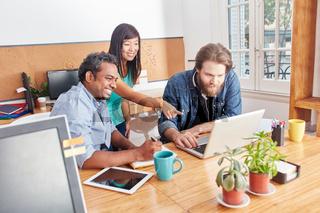 Team bei einer Computer Schulung