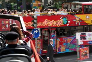 Ein Touristen Stadtbus in der Innenstadt der Hauptstadt Lissabon in Portugal.