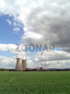 Kühltürme und Reaktor des KKW Grohnde.