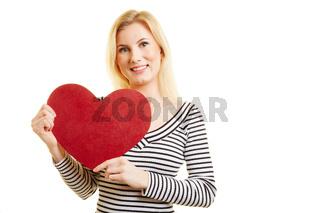 Junge Frau hält rotes Herz zum Valentinstag