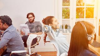 Frau im Callcenter macht Pause und entspannt