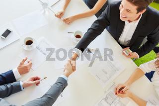 Geschäftsleute vereinbaren Partnerschaft