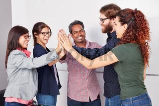 Startup Team gibt sich ein High Five