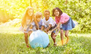 Gruppe Kinder beim Spielen mit Weltkugel