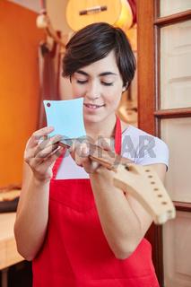 Eine Frau als Azubi arbeitet mit dem Radiusmesser