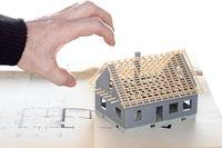 Griff zum Haus mit Bauplan