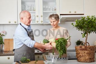 Paar Senioren kocht in der Freizeit