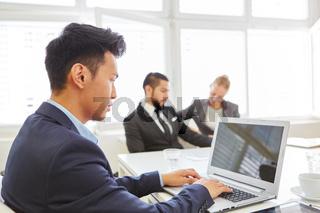 Geschäftsmann am Laptop im Meeting