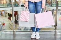 Weiblicher Kunde und Käufer mit Einkaufstüten