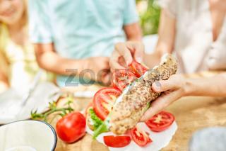 Frühstück mit Tomaten und frischem Baguette