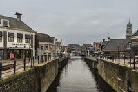 Enger Kanal vom Binnenhafen zum Stadtzentrum. Lemmer