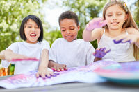 Kreative Kinder spielen mit Fingerfarben