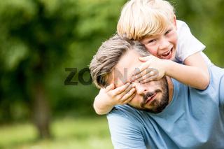Kind spielt mit seinem Vater
