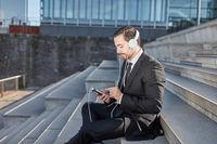 Business Mann nutzt Smartphone App