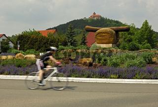Radfahrer im ersten Bratwurst-Kreisel der Welt