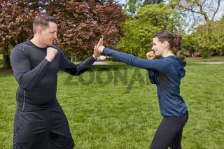 Mann boxt beim Boxtraining im Park