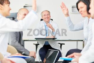 Ärzte und Personal der Klinik feiern und freuen sich