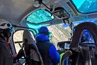 Pilot und Passagiere auf einem Transportflug im Helikopter Eurocopter AS 350B3 Ecureuil
