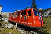 Roter Wagen der Pilatusbahn auf der Bergfahrt zum Gipfel Pilatus, Alpnachstad, Schweiz
