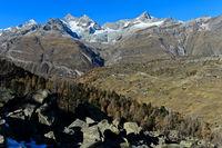 Blick über den Weiler Findeln auf die Zermatter Bergwelt,Zermatt,Wallis, Schweiz