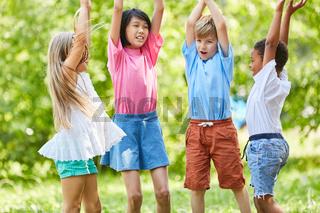 Kinder als Freunde spielen zusammen im Park