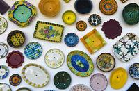 Traditionelle portugiesische Keramikwaren an der Wand der Töpferei A Mo,Sagres, Algarve, Portugal