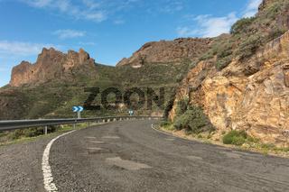 Straße mit Kurve im Gebirge von Gran Canaria