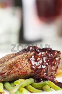Steak mit Weinflasche