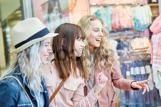 Weibliche Freunde bewundern Mode