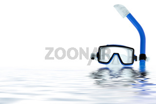 Taucherbrille spiegelt sich im Wasser