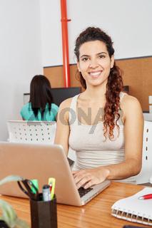 Frau schreibt auf Laptop Computer