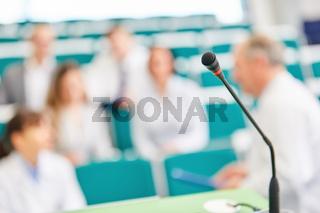 Ärzte und Studenten in einer Prüfung im Hörsaal