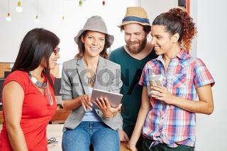 Startup Team mit einem Tablet