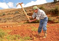 Bauer bei Feldarbeit, Südamerika
