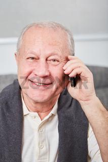 Älterer Mann telefoniert mit Mobiltelefon