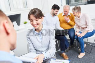 Junge Frau in einem Business Meeting