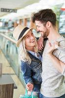 Junges glückliches Paar flirtet miteinander
