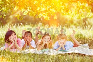Multikulturelle Gruppe Kinder im Sommer in der Natur